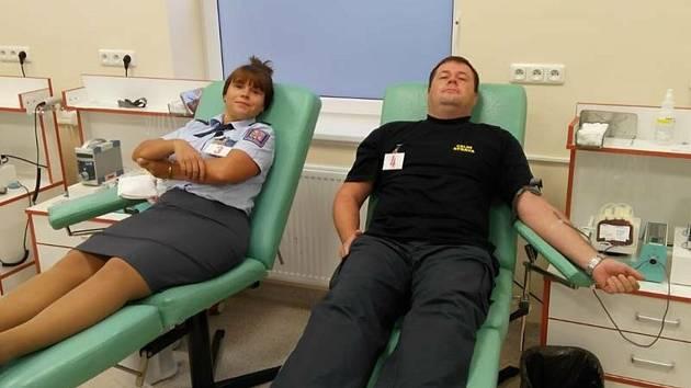Celníci jako dárci krve v benešovské nemocnici.