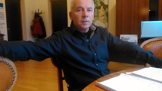 Jaroslav Hlavnička v kanceláři starosty Benešova.