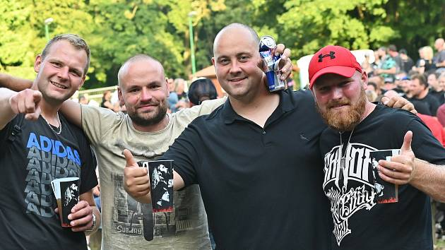 Z koncertu kapely Škwor v přírodním amfiteátru na Konopišti.