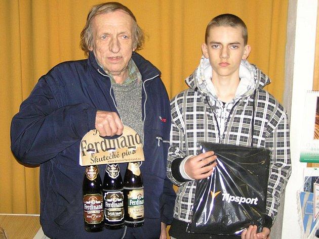 Vítěz 6. kola Zimní Tipsport ligy Benešovského deníku Josef Kratochvíl s vnukem Michalem.