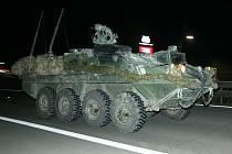 Konvoj amerických vojenských vozidel na D1 u Střechova nad Sázavou.