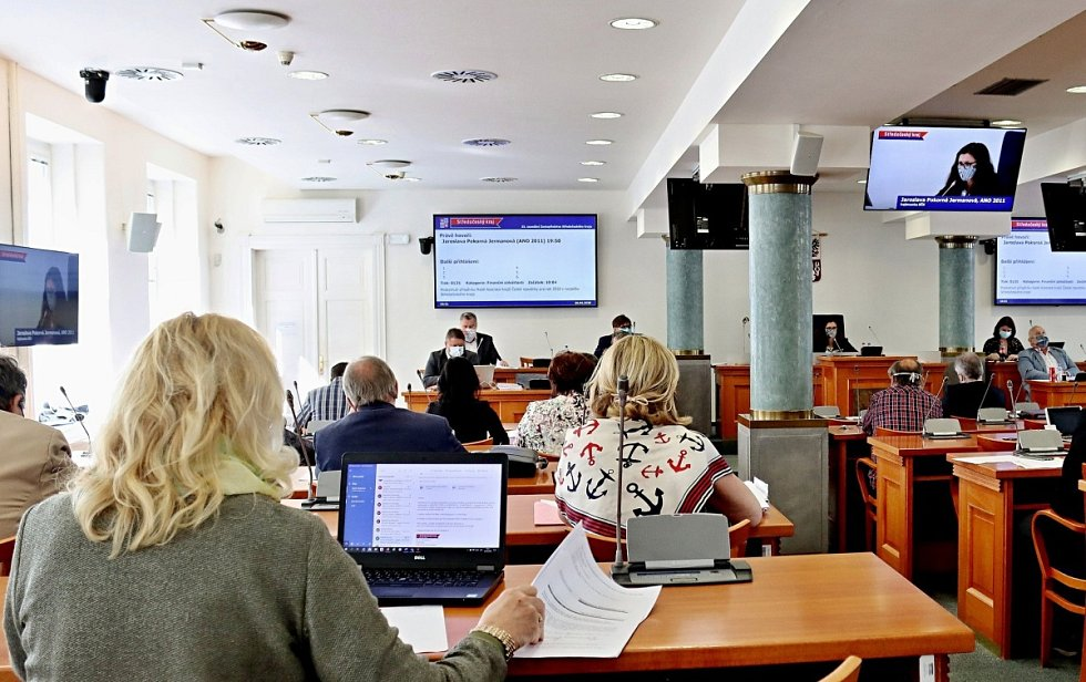 Ze zasedání zastupitelstva Středočeského kraje v 'koronavirovém režimu' v pondělí 20. dubna 2020.