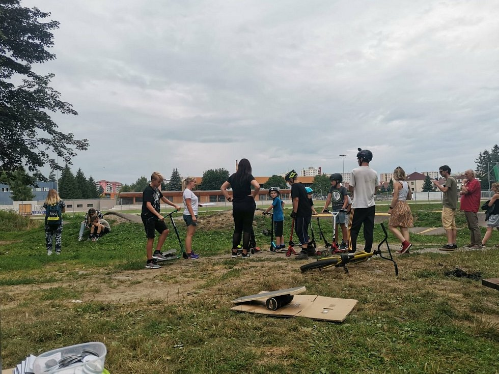 Ze závodů na pumptrackové dráze na Sladovce v Benešově organizovaných Nízkoprahovým zařízením pro děti a mládež MeziČas.
