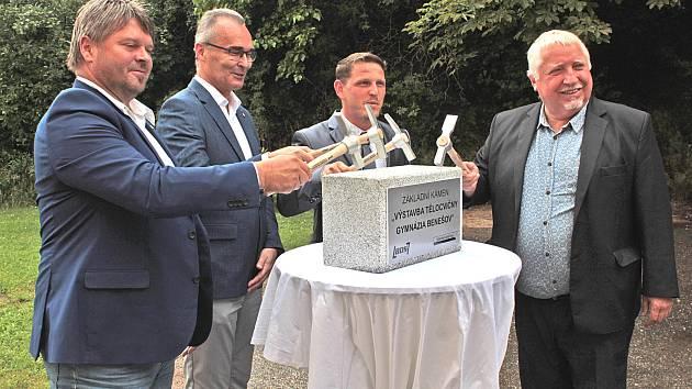 Ze slavnostního zahájení stavby tělocvičny Gymnázia Benešov.