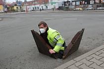 Pracovník Vodovodů a kanalizací Týnec nad Sázavou vylézá z šachty, kde prováděl odečet vodoměru.