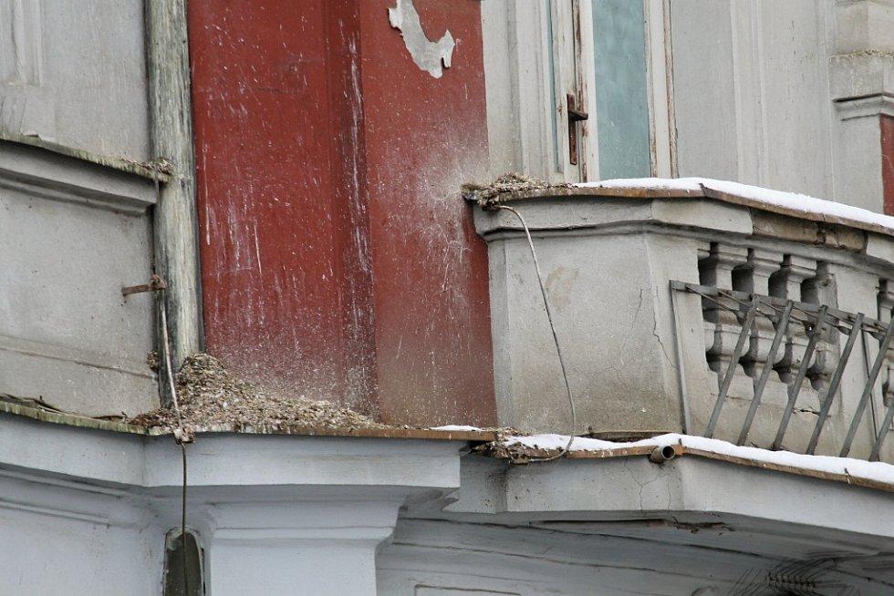 Stopy života zdivočelých holubů v Benešově - Hotel Pošta.