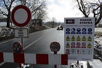 Opravu silnice II/112 v úseku mezi křižovatkou na Bořeňovice a Chotýšany plánuj investor, Středočeský kraj dokončit 30. června.