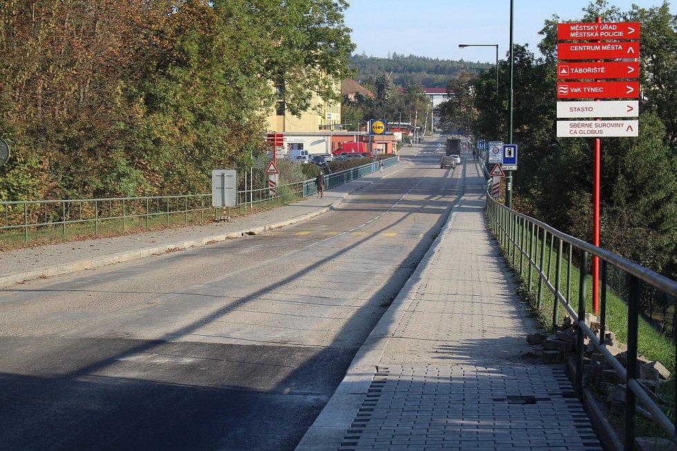 Masarykův most v Týnci znovu uzavřou práce. Auta přes něj nepojedou od pondělí 5. do pátku 9. listopadu.