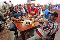 Hokejový zápas mezi Čechy a Finy ve čtvrtfinále světového šampionátu sledovali čeští fanoušci i v benešovském Fortuna sport baru.