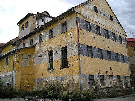 Starý a zchátralý mlýn