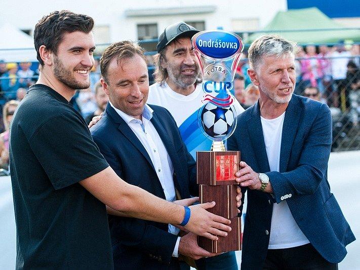 Finálové turnaje Ondrášovka Cupu 2020 se nakonec odehrály. Tady se sešli zprava i trenér národního týmu J. Šilhavý, bavič J. Kohák či šéf národní sportovní agentury  M. Hnilička a patron akce M. Chaluš.