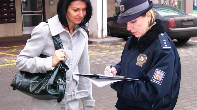 Policistky Denisa Malá a Zuzana Stránská (na snímku) z preventivně informační skupiny zpovídaly obyvatele regionu, jak jsou spokojení s činností republikové policie i jaké mají zkušenosti s kriminalitou.