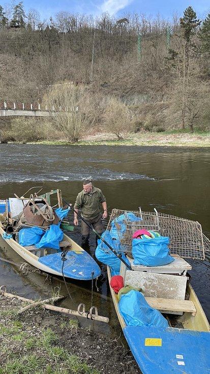 Z 16. ročníku úklidové akce s názvem Čistá řeka Sázava.