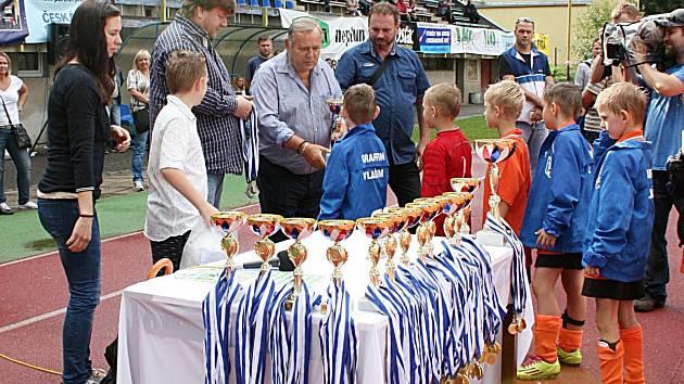 Fotbalový turnaj přípravek ve Vlašimi se vydařil, navíc domácí osmiletí kluci získali pod vedením Václava Knížka a Libora Jadamuse stříbrné medaile.