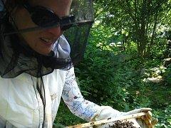 KAROLÍNA JOSKOVÁ zpracovává i včelí vosk a med díky šesti úlům. V Experimentální zahradě má své dva úly i členka sdružení.