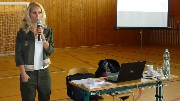 Gabriela Hošková z pražského IKEMu zaujala žáky Obchodní akademie ve Vlašimi informacemi o dárcovství kostní dřeně.