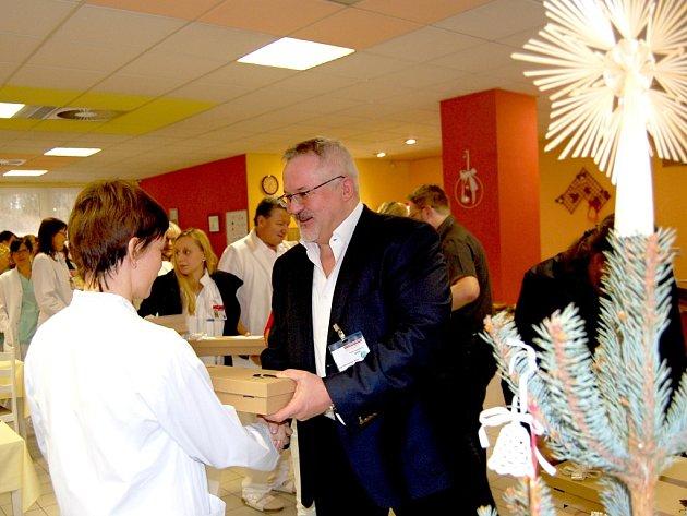 Ředitel nemocnice Petr Hostek při předávání darů zaměstnancům.