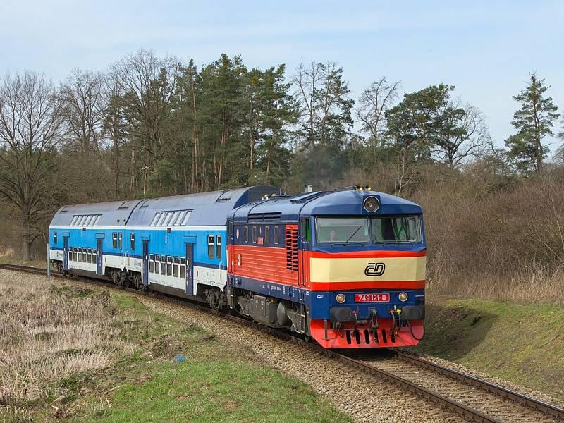 Osobní vlak 9066 na čele patrových vozů. Lokomotiva Zamračená či Bardotka 749 121-0 přijíždí do zastávky Pecerady..
