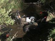 V osobním vozidle převráceném do Sázavy zůstaly zaklíněny dvě osoby