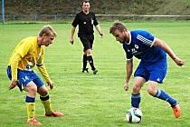 Jan Mojd z Hořovicka (u míče) se snaží něco vymyslet na kapitána Benešova Josefa Laštovku. Vše sleduje rozhodčí Václav Němec.