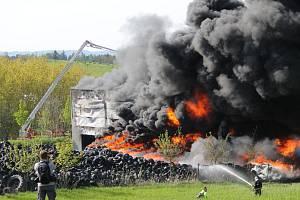Hašení požáru pneumatik u Bělčic ve středu 10. května 2017.