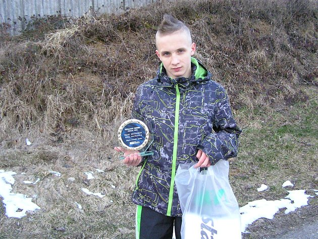 Fotbalový talent z Teplýšovic Pavel Breburda převzal pěknou skleněnou plaketu se svým jménem od Benešovského deníku a získal i sportovní ceny od sponzora NIO sport agency a. s. Foto: