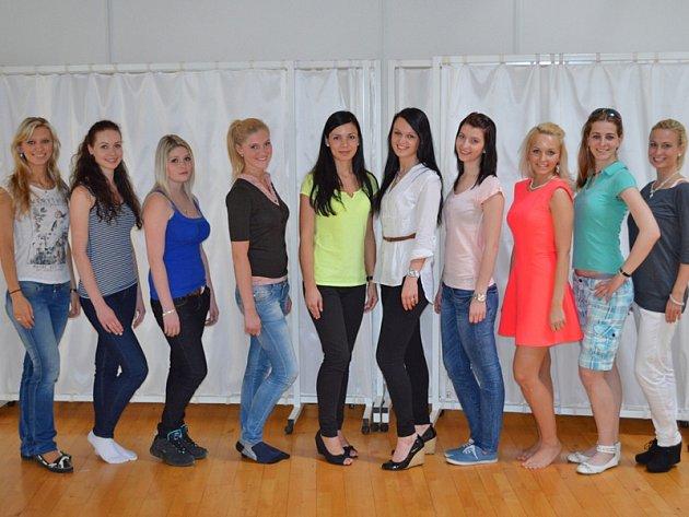 První zkouška choreografie a šatů finalistek Miss hasička Středočeského kraje 2013.