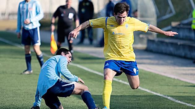 Benešovský Pavel Borkovec (ve žlutém) byl s Poděbrady nejlepším hráčem na hřišti. Dvě branky vsítil a dvě připravil.