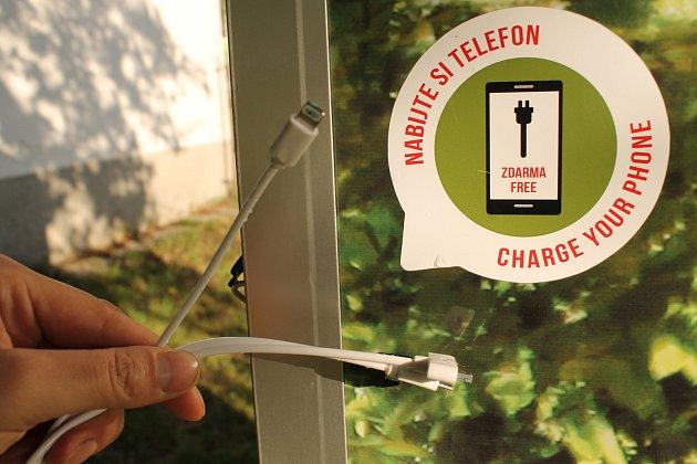 Mobilní veřejná toaleta zapadá do prostředí na votickém sídlišti. A umí dobít i mobil.