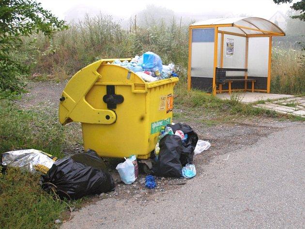 Kontejner na plast v Peceradech u hřiště.