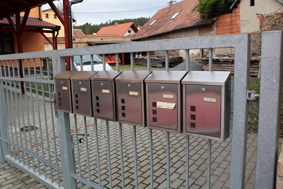 Zvěstovský DPS se šesti byty a šesti koroziodolnými schránkami.