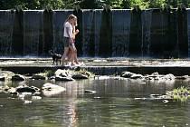Voda v řekách pomalu, ale jistě vysychá.