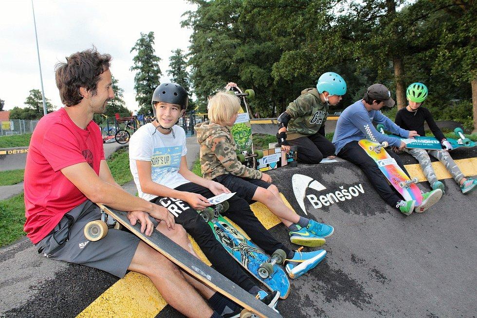 Při letním soustředění Sportovní akademie Špindlerův Mlýn se mladí snowboarďáci vypravili také do pumptrackového areálu v Benešově.