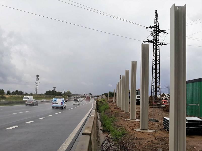 Sloupy protihlukové stěny pro uchycení desek u dálnice D1.