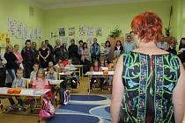 Zahájení nového školního roku v klasické škole.