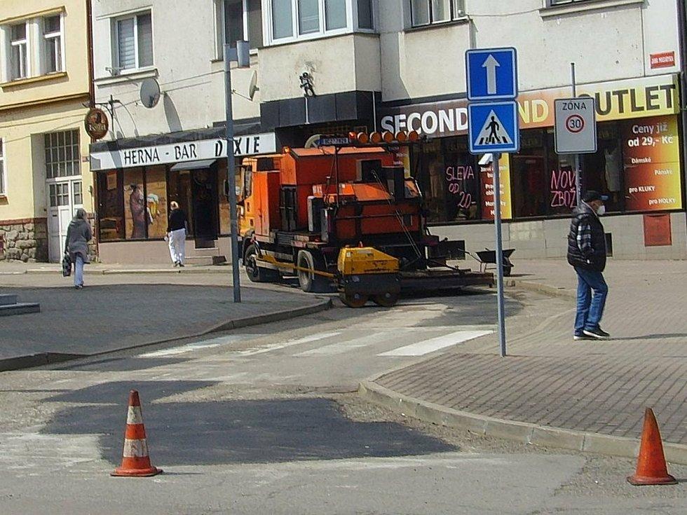 Oprava výtluků v ulici Jana Masaryka ve Vlašimi.