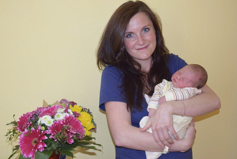 Malá Nikol Voláková se narodila v pondělí 27. března ve 23.38. Při narození vážila 3 310 gramů a měřila 48 centimetrů. Její rodiče Monika a Vojtěch Volákovi se už těší, až si ji odvezou domů do Mokré Lhoty, kde na ni již čeká sestra Gabriela.