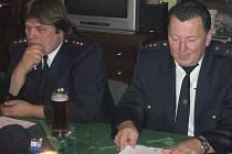 Výroční valná hromada SDH Tehov. Zleva sedí velitel Stanislav Janda mladší a starosta SDH Tehov Jan Papež.