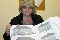 Benešovská místostarostka Nataša Bruková ukazuje plánky azylového domu.