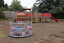 U nové kontejnerové školky v benešovské Dukelské ulici vyrůstá rozlehlé dětské hřiště.