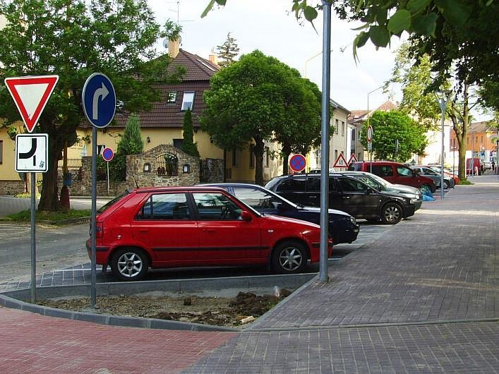 Sotva dlaždiči položili poslední kus zámkové dlažby, řidiči vyzkoušeli jak se v Masarykově ulici parkuje