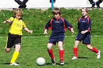Mladší žáci Čerčan prohráli v Kouřimi 0:3. Připraven na souboj s domácím hráčem je Adam Jíša, vše sleduje Bára Bučková (vpravo).