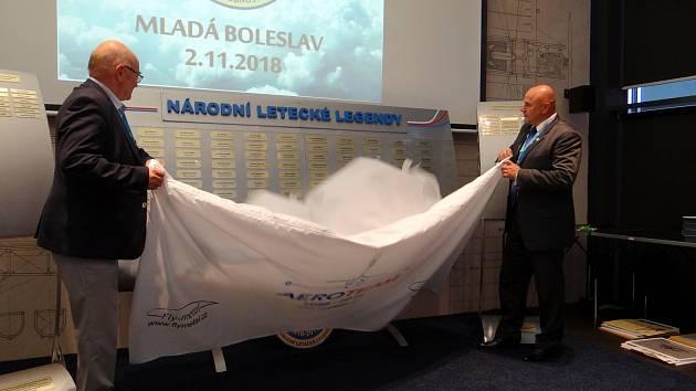 Křídlo slávy odhalili ti, kteří z přítomných vylétli nejvýš - kosmonauti Vladimír Remek a Ivan Bella.
