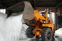Technické služby i silničáři se na zimu musí zatím pouze připravovat. Vyjíždět díky teplému počasí zatím nemusí.