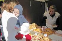 Návštěvníci Farmářských trhů mohli ve stáncích vybírat z ovoce, zeleniny, sýrů, uzenin, koření, moštů, nektarů, vín, piv, medů, pečiva a mnoha dalších produktů malých zemědělců