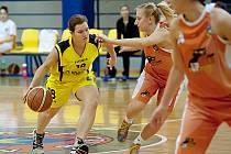 Benešovská Iveta Bryndová (ve žlutém) přemýšlí, jak se dostat přes olomouckou Gabrielu Burzovou.