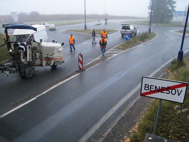 Důvodem dopravního opatření je oprava podloží vozovky na  části komunikace