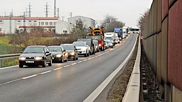 Od středy 5. do pátku 7. února to kolem Benešova bude vypadat právě takto. V provozu bude pouze jízdní pruh ve směru na jih. Vozidla směřující na sever pojedou kvůli záboru půlky silnice přes Benešov.