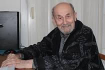 Pamětník německé okupace František Šturc je stále aktivní a k vyhledávání informací používá i osobní počítač.
