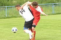 StřídajícíTeplýšovický Stanislav Škvor (v bílém), autor rozhodujícího gólu, se zápasnicky přetlačoval s kondrackým Janem Pohorským.